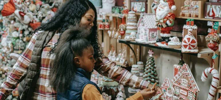 Mother and daughter buy New Year's gifts